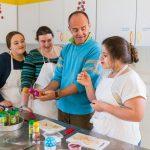 Pendant 4 à 6 mois des jeunes agés de 12 à 17 ans bénéficient d'une prise en charge         pluridisciplinaire.                              Ici la prise en charge diététique : Jeunes filles pendant un atelier cuisine animé par un dieteticien.   Etablissement de Soins de Suite et Réadaptation pédiatrique spécialisé dans le traitement de l'obésité  -  SSR Les Terrasses. à Niort (79)