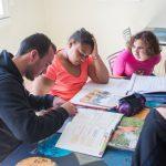 Pendant 4 à 6 mois des jeunes agés de 12 à 17 ans bénéficient d'une prise en charge pluridisciplinaire et d'une assistance 24 heures sur 24.            Jeunes filles faisant leurs devoirs avec l'aide d'un éducateur spécialisé.                        Etablissement de Soins de Suite et Réadaptation pédiatrique spécialisé dans le traitement de l'obésité  -  SSR Les Terrasses. à Niort (79)