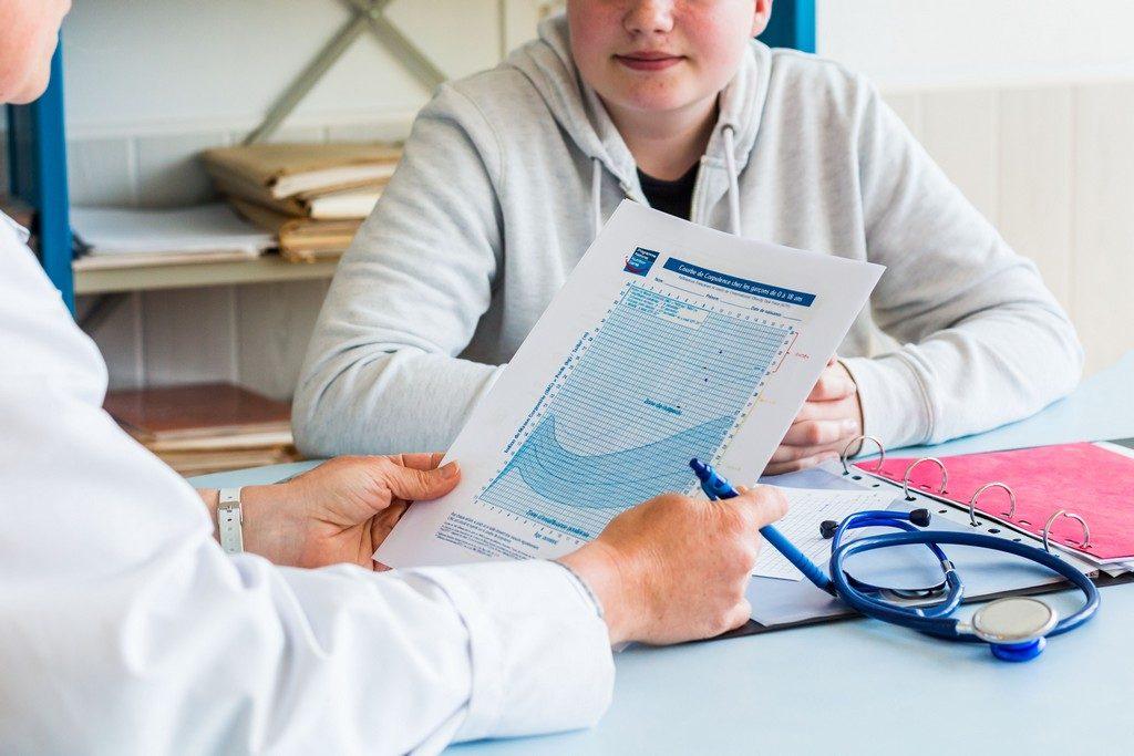 Pendant 4 à 6 mois des jeunes agés de 12 à 17 ans bénéficient d'une prise en charge pluridisciplinaire et d'une assistance 24 heures sur 24.            Prise en charge medicale d'un jeune garçon. Ici le medecin pédiatre coordinateur effectue un bilan de séjour avec suivis de l'evolution de la courbe de corpulence et de l'IMC.                                       Etablissement de Soins de Suite et Réadaptation pédiatrique spécialisé dans le traitement de l'obésité  -  SSR Les Terrasses. à Niort (79)